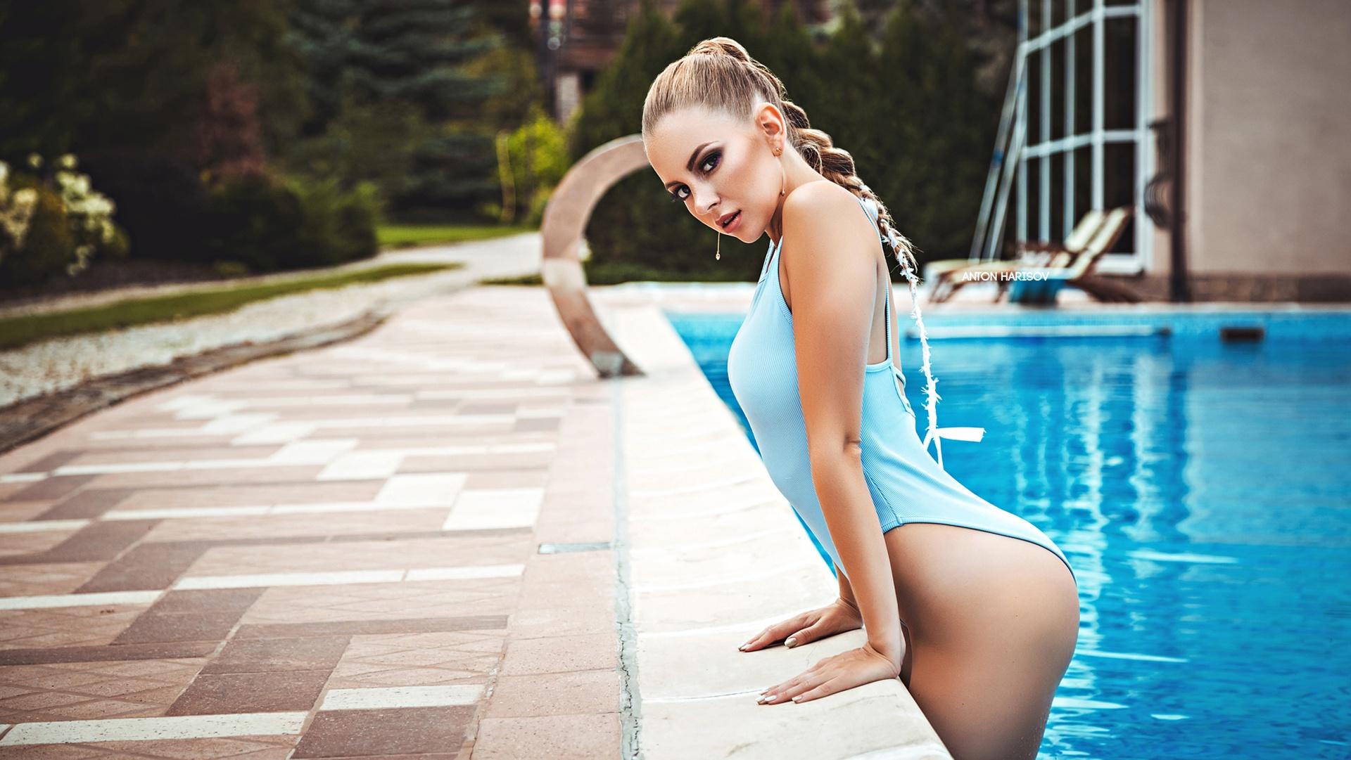 девушки в позах около бассейна ролики сайте