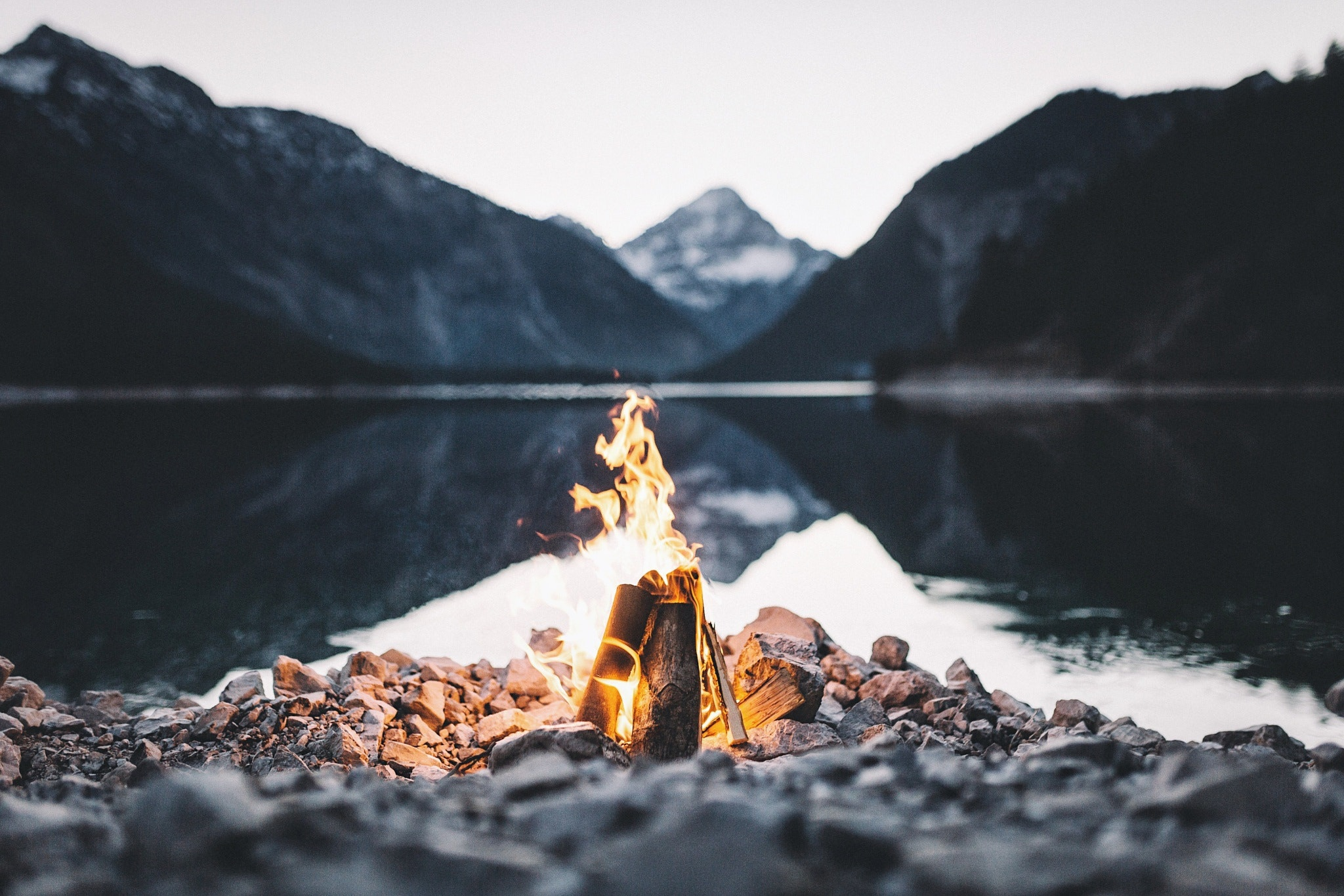 Пара на берегу горного озера  № 1608977 бесплатно