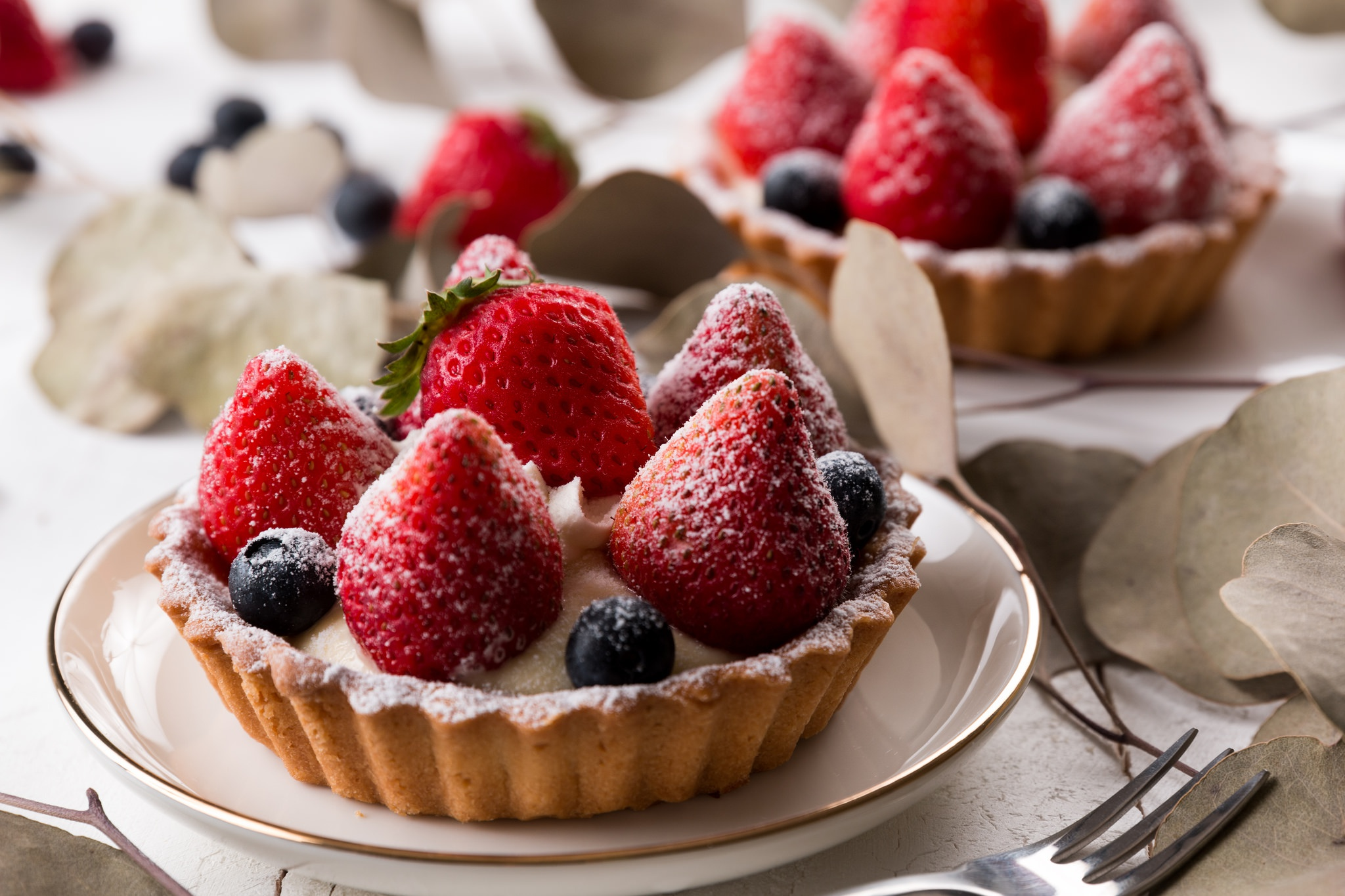 Пироженое с клюбникой и с чаем  № 2153785 бесплатно