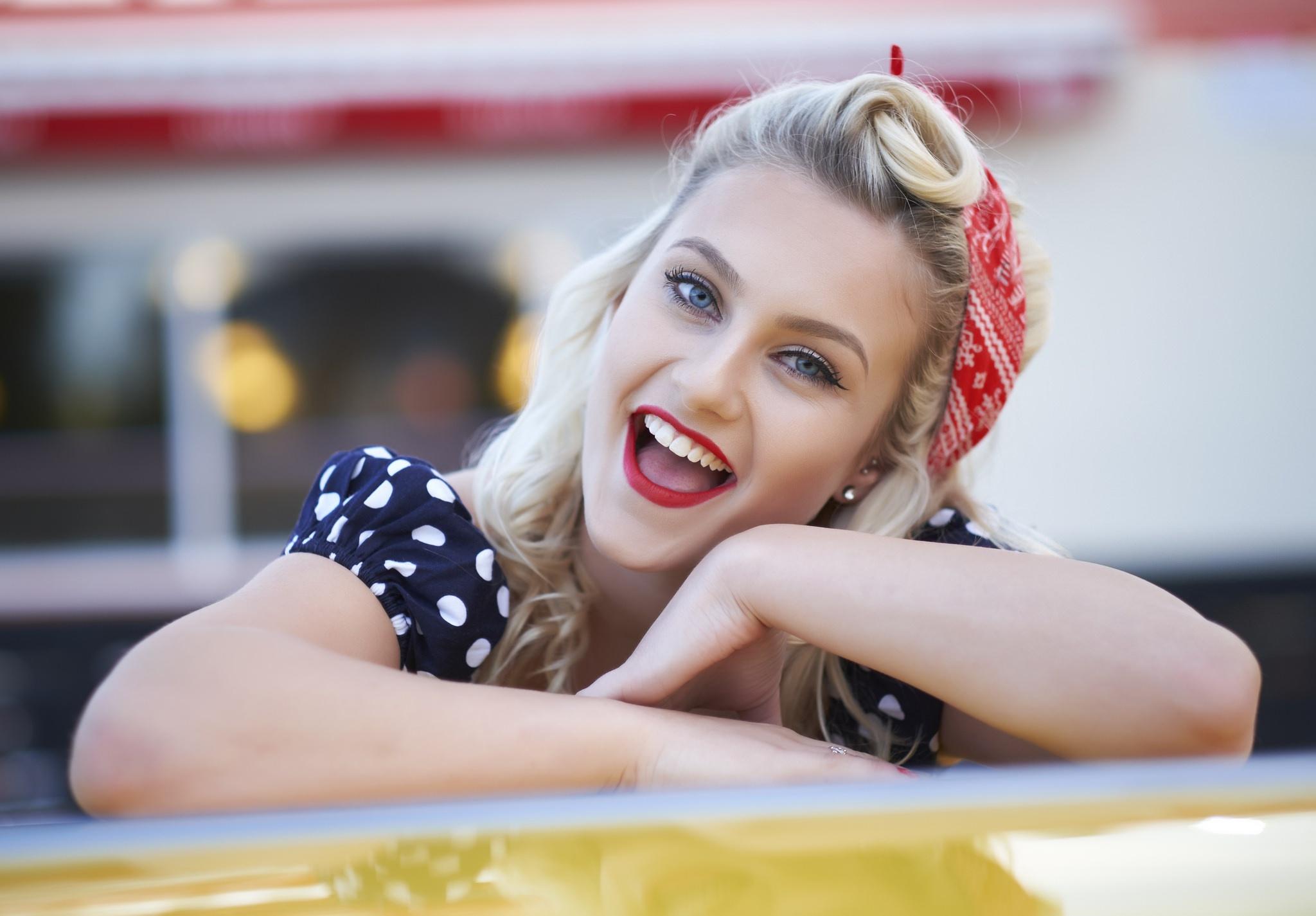 Улыбчивая блондинка рада попробовать себя в роли модели  45594