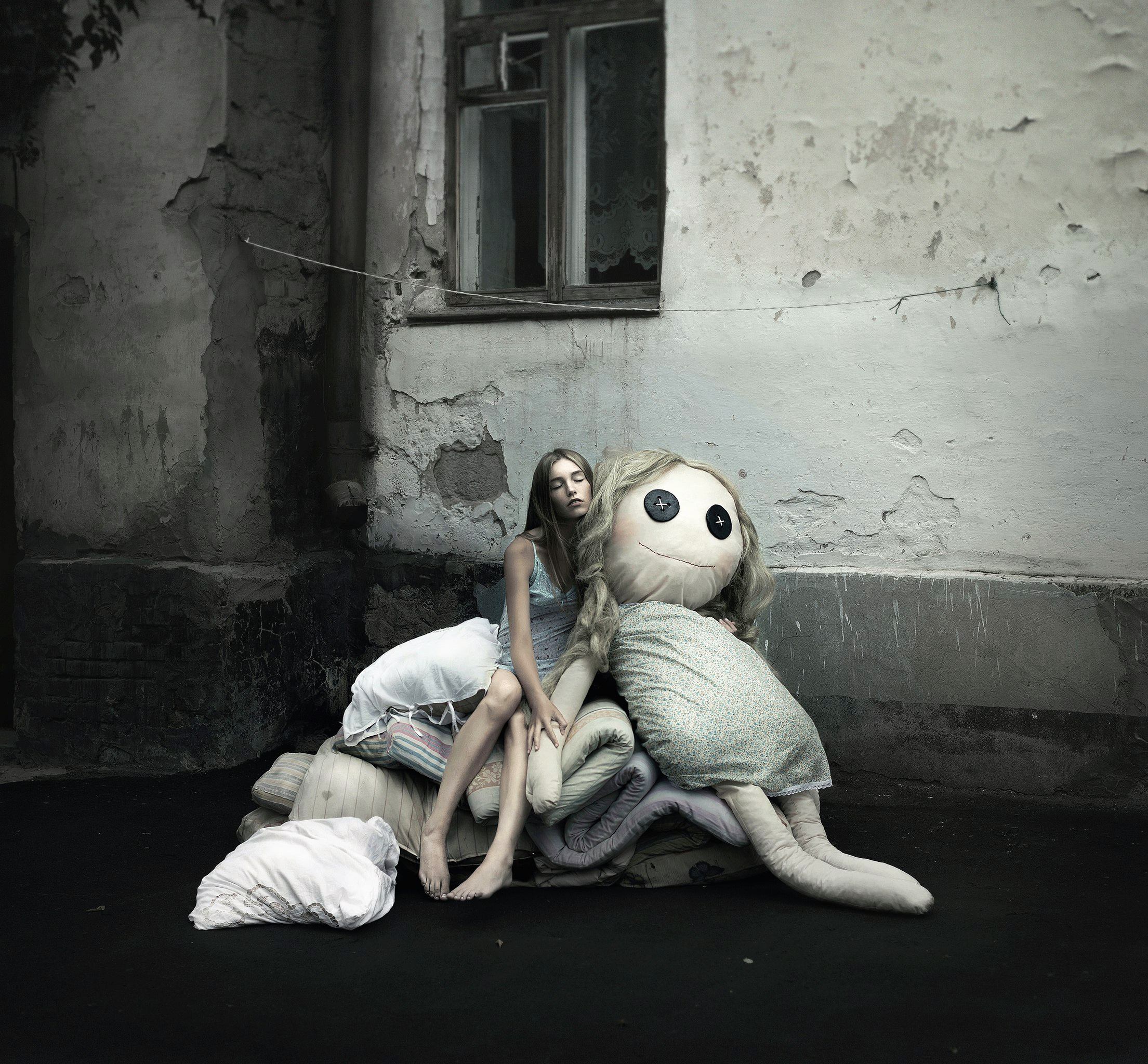 https://img4.goodfon.com/original/2209x2048/1/56/bosaia-kukla-gorod-devushka-son-okno.jpg