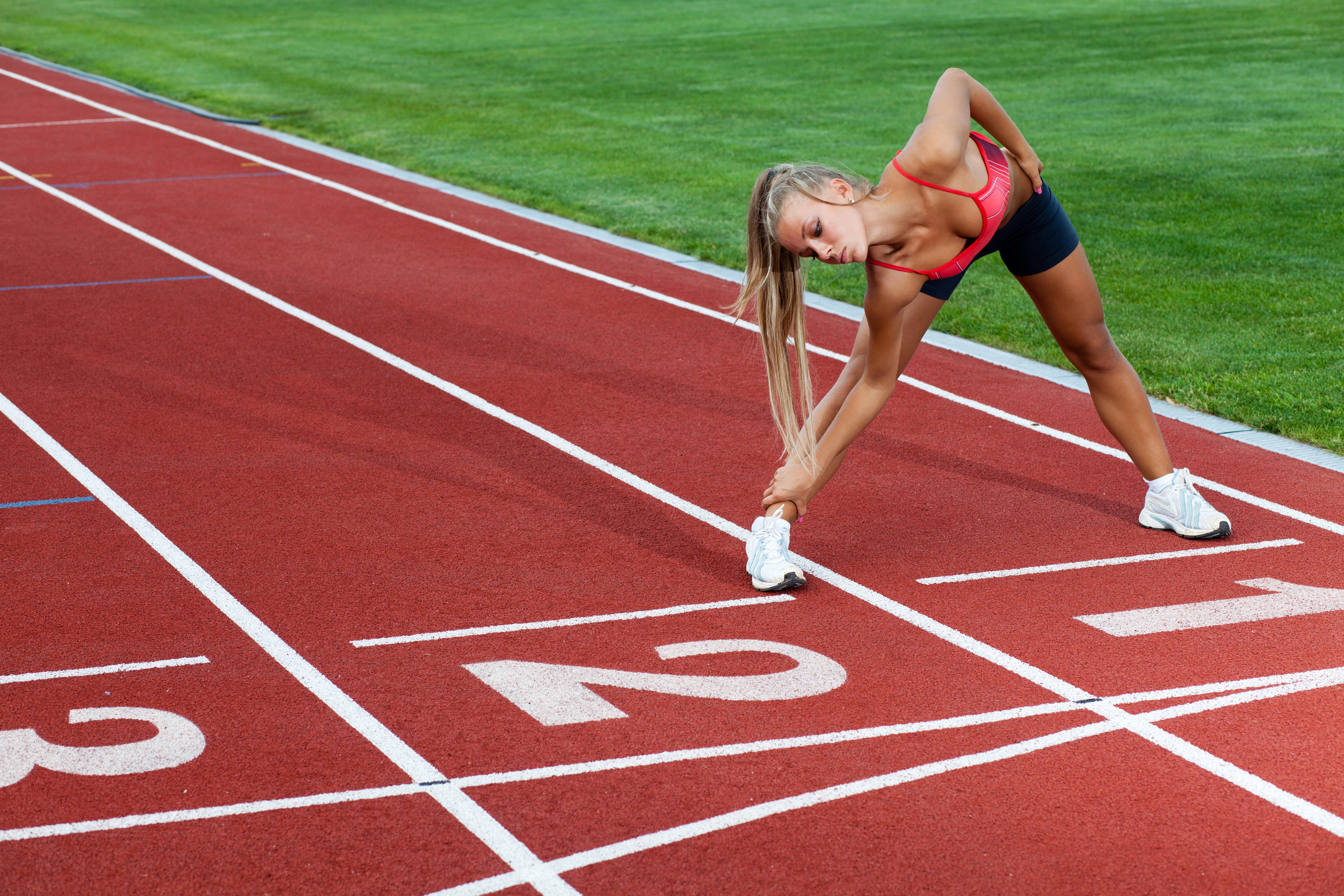 Девушка спортсменка разминка  № 3304948 загрузить