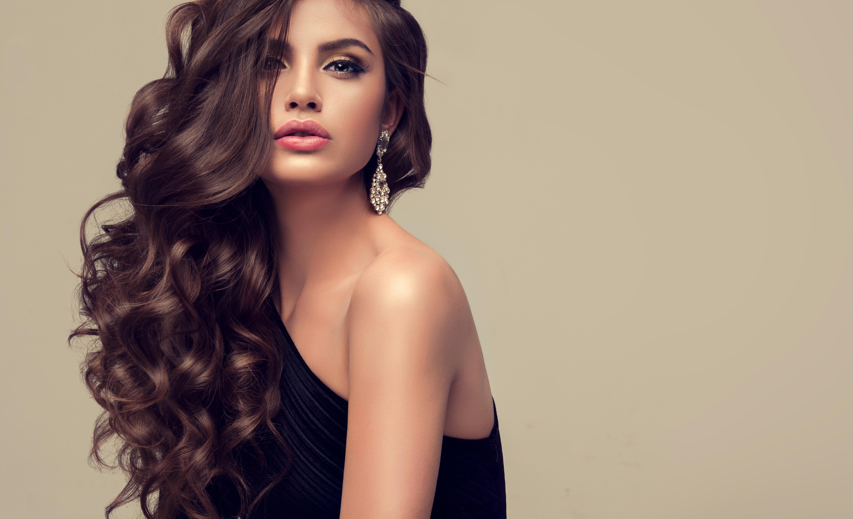 Девушка с макияжем и длинными волосами 41
