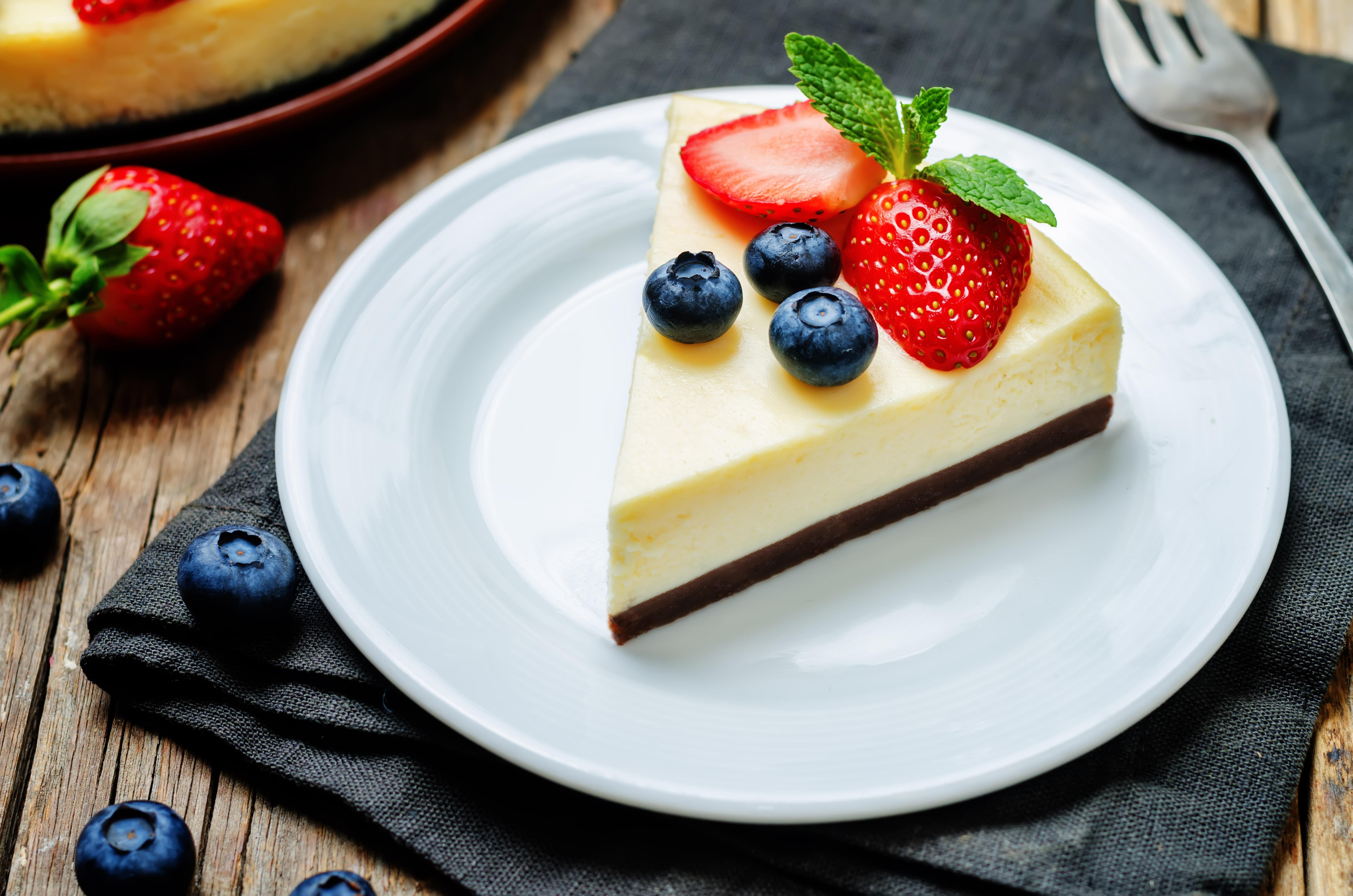 Белый торт с кусочками фруктов  № 2171566 без смс