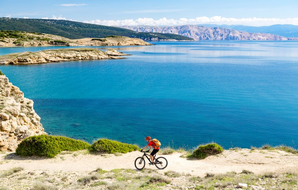 Picture the sun, landscape, mountains, bike, stay, shore, sport, shorts, island, t-shirt, Bay, gloves, helmet, cyclist, …