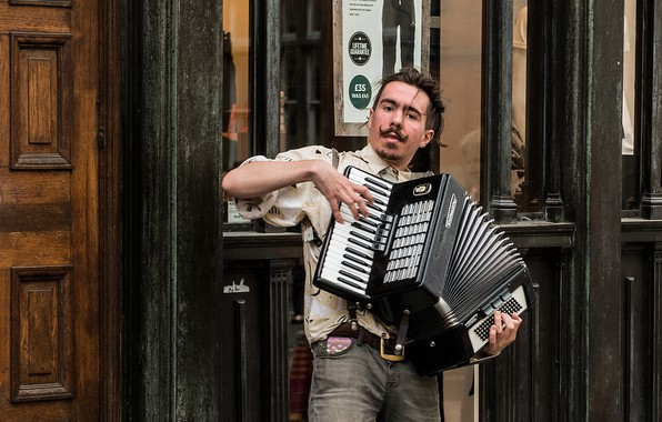 Picture street, Street musician, accordion