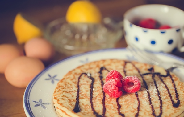 Picture berries, plate, pancakes