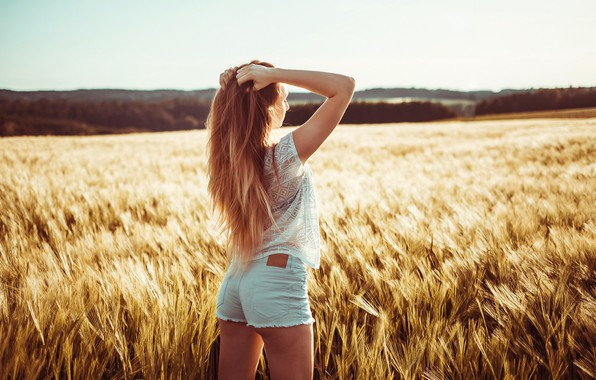 Picture field, girl, the sun, landscape, shorts, Mike, figure, hairstyle, ears, is, redhead, photoshoot, nature, posing, …