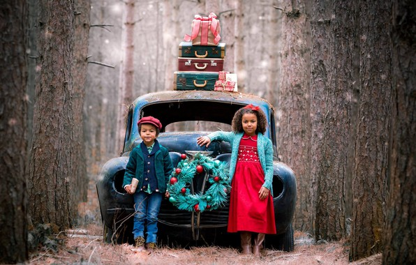 Picture machine, forest, trees, children, holiday, boy, girl, gifts, wreath, suitcases