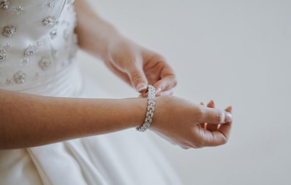 Picture stones, hands, bracelet, the bride