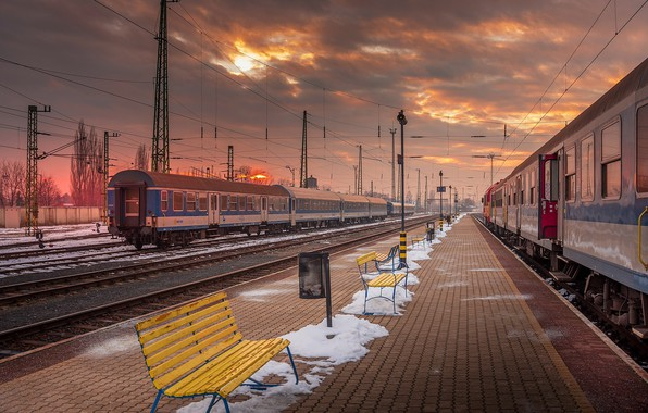 Picture station, the evening, the platform, trains