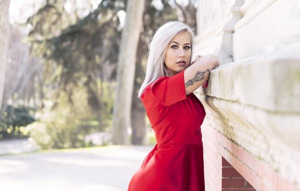 блондинка в красном платье пришла к врачу видео