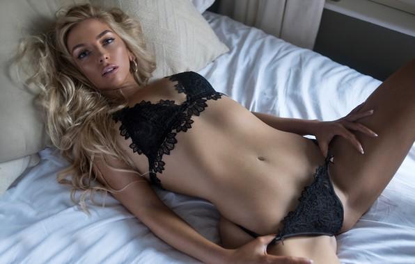 Messy Women Blonde Tanned Black Lingerie Window Belly Pierced Photos 1