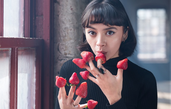 Picture look, girl, berries, ring, hands, strawberry, fingers