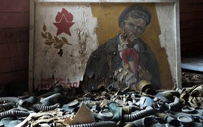 Wallpaper masks, ideology, Pavlik