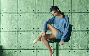 Picture pose, background, feet, model, chair, sweater