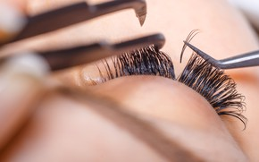 Picture eyelashes, tweezers, placement