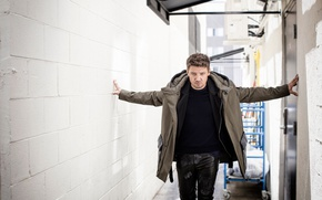 Wallpaper photoshoot, AugustMan, 2016, truck, corridor, Sarah Dunn, actor, pants, Jeremy Renner, Jeremy Renner, jacket, wall, ...
