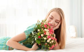 Picture flowers, mood, bed, roses, bouquet, makeup, window, hairstyle, blonde, bed, lies, curtains, cute, keeps, smiling
