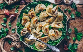 Picture parsley, garlic, pan, dumplings, spinach