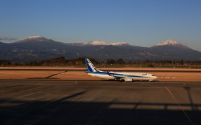 Picture the airfield, a passenger plane, B737-800