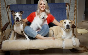 Picture dogs, actress, blonde, Kaley Cuoco