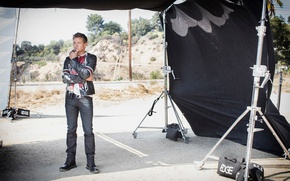 Picture pose, jeans, shoes, jacket, actor, photoshoot, Jeremy Renner, Jeremy Renner, 2016, Sarah Dunn, Hashtag Legend