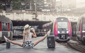 Picture girl, the platform, twine, suitcases, Johanna Lorand Guilbert