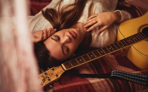 Picture girl, guitar, sponge