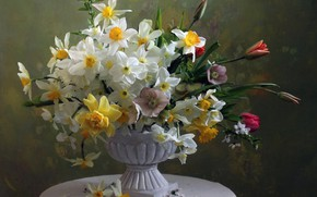 Picture bouquet, tulips, daffodils, hellebore