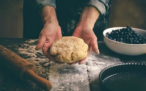 Picture berries, hands, the dough, pie