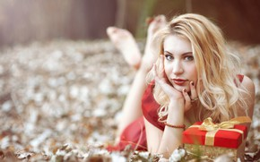 Picture look, girl, mood, holiday, gift, hands, blonde, bokeh