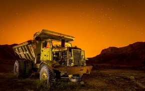 Picture machine, night, dump truck