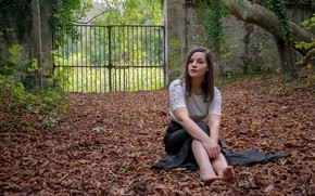 Wallpaper leaves, autumn, girl, sitting, look