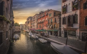 Picture the city, boats, channel, Venice (Italy)
