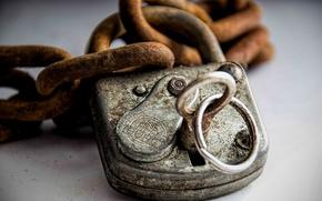 Picture castle, key, chain