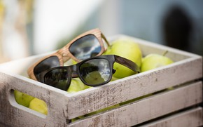 Picture apples, glasses, box