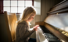 Picture light, girl, piano