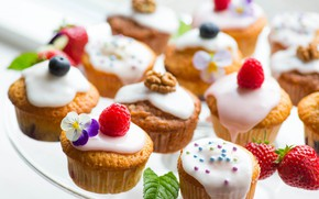 Picture raspberry, strawberry, cream, walnuts, cupcakes