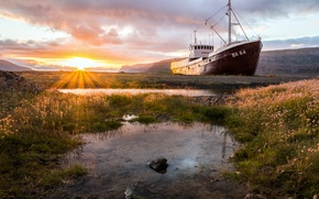Picture ship, morning, stranded