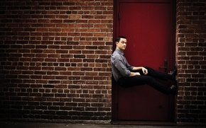Wallpaper door, photoshoot, 2016, brick, CNET, Joseph Gordon-Levitt, actor, Director, Michael Muller, wall, Joseph Gordon-Levitt, pose