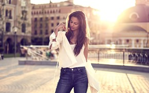 Picture the city, jeans, blouse, lifestyle, curls, Golden hour, Bedros Pictures