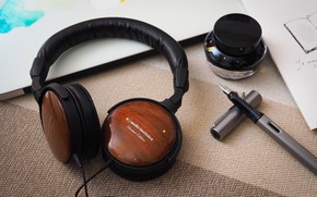 Picture table, headphones, Audio-Technica