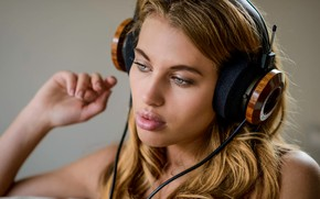 Picture girl, headphones, Katia Martin, Into the music