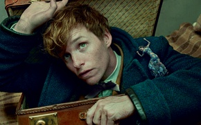 Wallpaper Eddie Redmayne, tiny, 2016, girl, suitcase, actor, Eddie Redmayne, Peeps, coat, magic, Annie Leibovitz, Vogue, ...