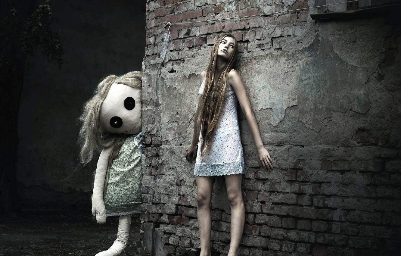Photo wallpaper girl, the city, wall, sleep, doll, nightie, barefoot