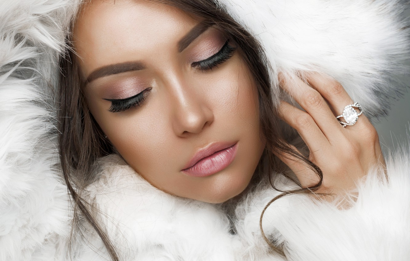 Photo wallpaper close-up, face, hand, portrait, makeup, hairstyle, hood, coat, fur, brown hair, beauty, in white