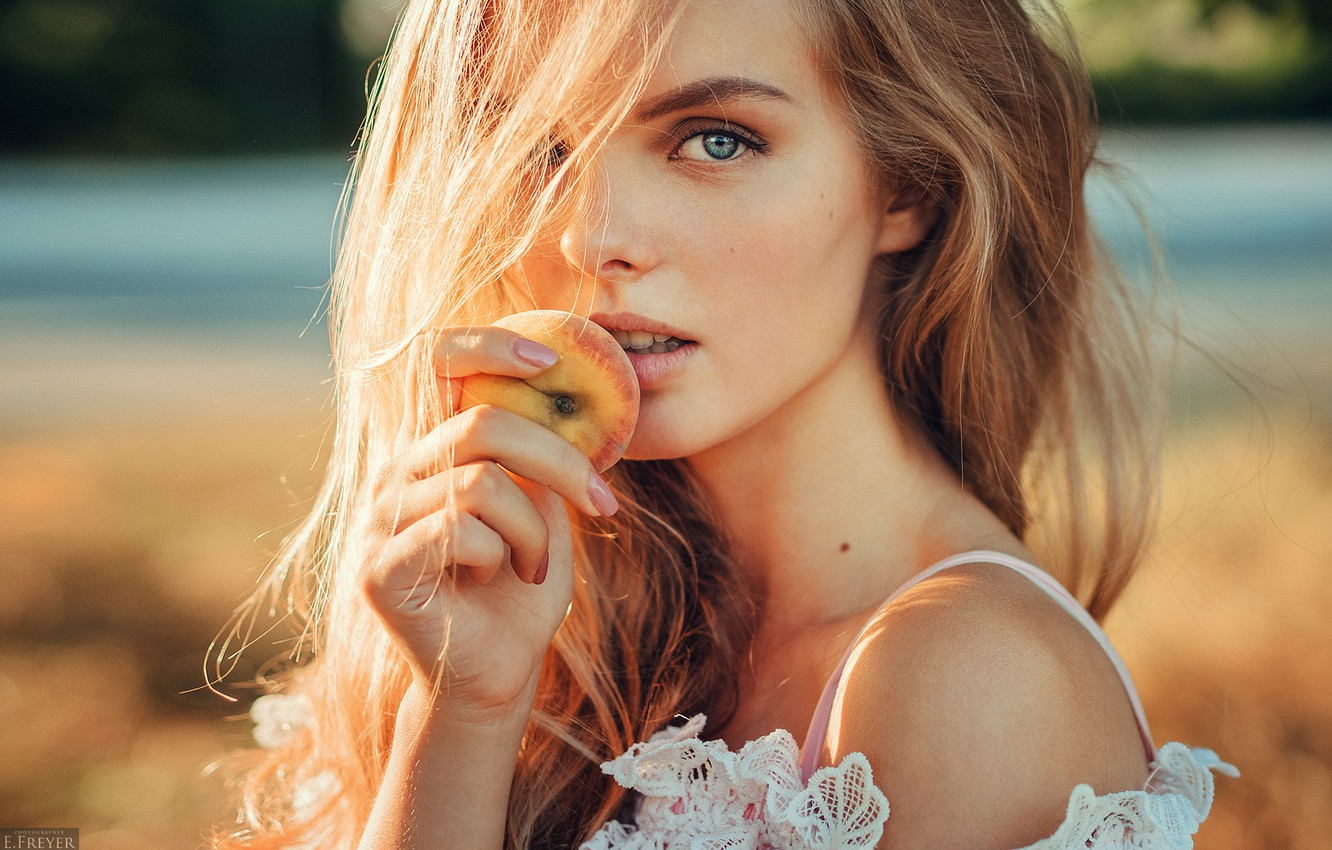 Photo wallpaper girl, long hair, photo, photographer, blue eyes, model, beauty, fruit, bokeh, peach, lips, face, blonde, …
