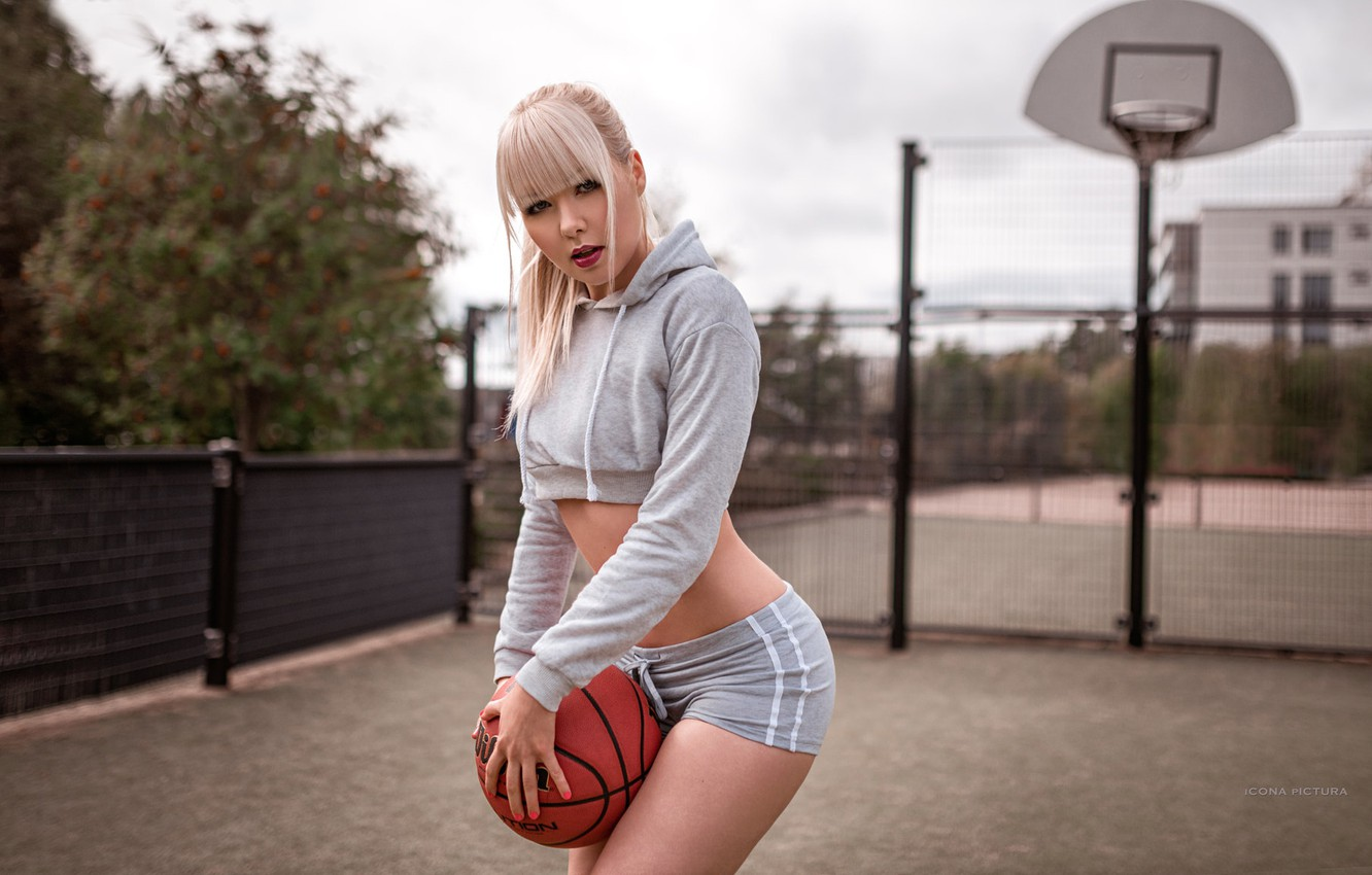 Photo wallpaper girl, pose, sport, shorts, the ball, makeup, t-shirt, hairstyle, blonde, basketball, Playground, iCONA pICTURA