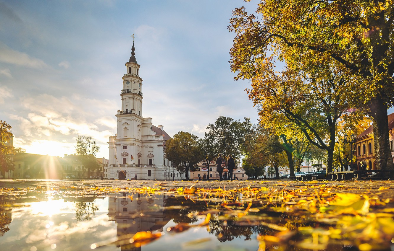 https://img4.goodfon.com/wallpaper/nbig/f/9c/autumn-colors-kaunas-town-hall-lietuva